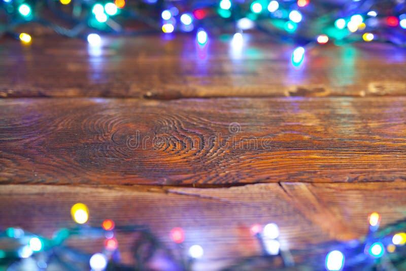 Fondo di Natale - parete di legno e luci di natale fotografia stock
