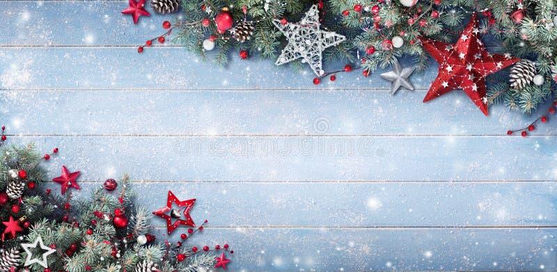 Fondo di Natale - rami e bagattelle dell'abete fotografia stock