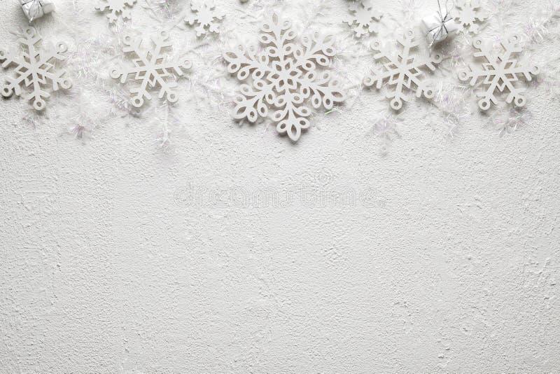 Fondo di Natale - regali e fiocchi di neve su fondo bianco fotografia stock libera da diritti
