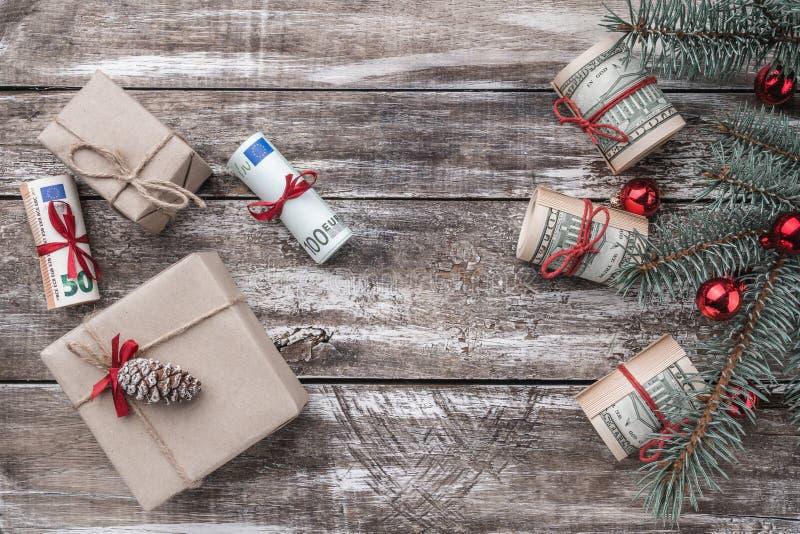 Fondo di natale di vecchio legno Albero di Natale con soldi americani ed europei Regali di festa Vista superiore immagini stock libere da diritti