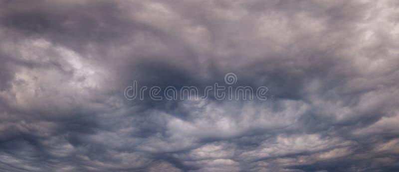 Fondo di panorama delle nuvole scure prima di un temporale fotografia stock libera da diritti