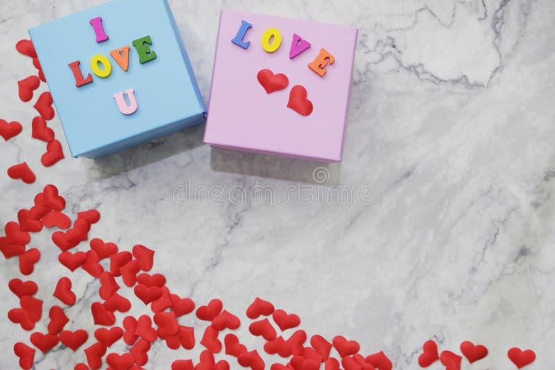 fondo di Piano-disposizione per il San Valentino, amore, cuori, spazio della copia del contenitore di regalo immagini stock
