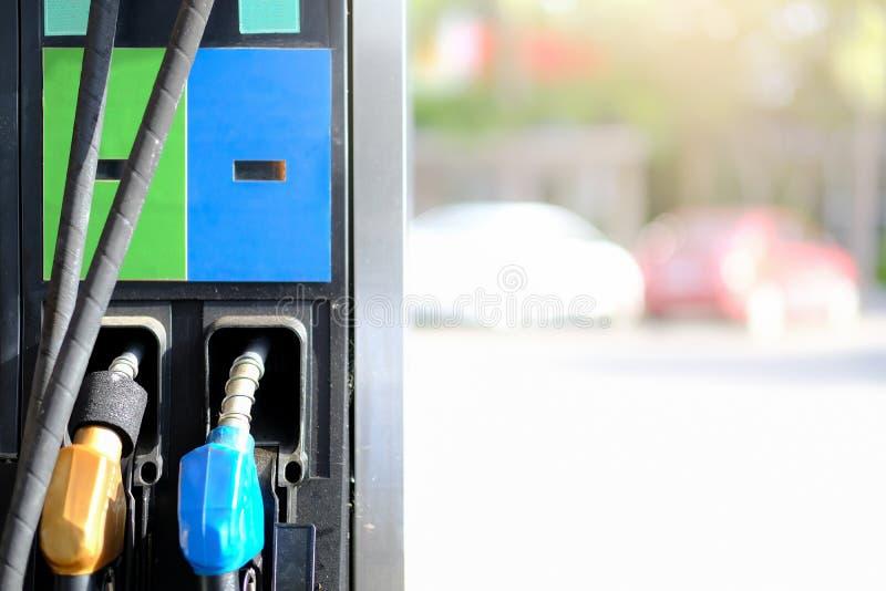 Fondo di riempimento degli ugelli della pompa di benzina, stazione di servizio in un servic immagini stock