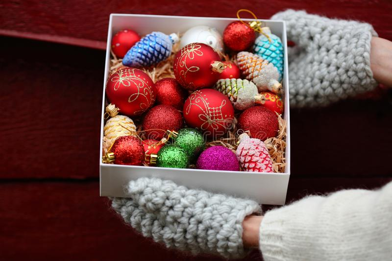 Fondo di rosso dei agains delle decorazioni di Natale immagini stock