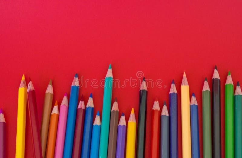 Fondo di rosso della matita fotografia stock libera da diritti