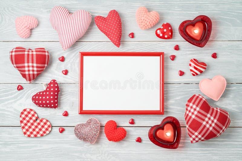 Fondo di San Valentino con le forme del cuore, la struttura della foto e le candele immagine stock