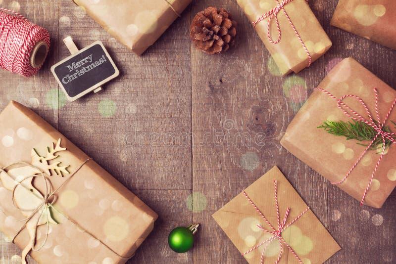 Fondo di spostamento fatto a mano dei contenitori di regalo di Natale Vista da sopra immagini stock libere da diritti