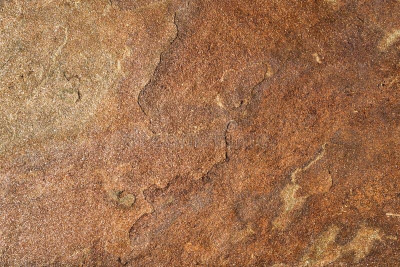Fondo di struttura dell'arenaria di marrone scuro con brillare naturale immagine stock