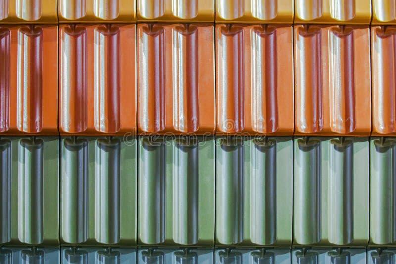 Fondo di struttura delle mattonelle di tetto variopinte Primo piano del fondo colorato delle mattonelle di tetto dell'argilla fotografie stock