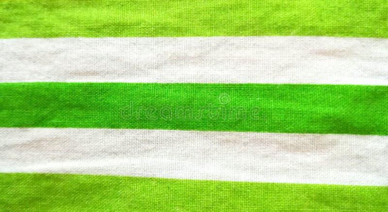 Fondo di tela del cotone delle bande verdi e bianche di struttura del tessuto fotografia stock libera da diritti