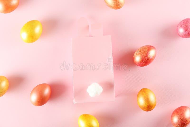 Fondo di tema di Pasqua con gli accessori simbolici di festa immagine stock libera da diritti