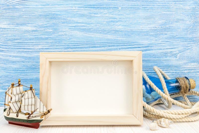 Fondo di vacanza del mare con la struttura della foto e barca a vela contro il bl immagine stock