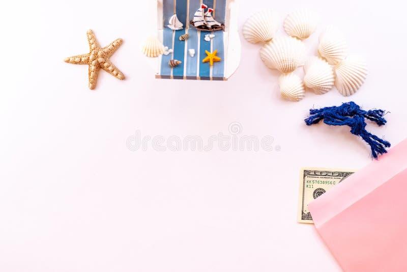Fondo di vacanza estiva, accessori della spiaggia su fondo rosa Esponga al sole la chaise-lounge, i soldi, le conchiglie e le ste fotografia stock libera da diritti