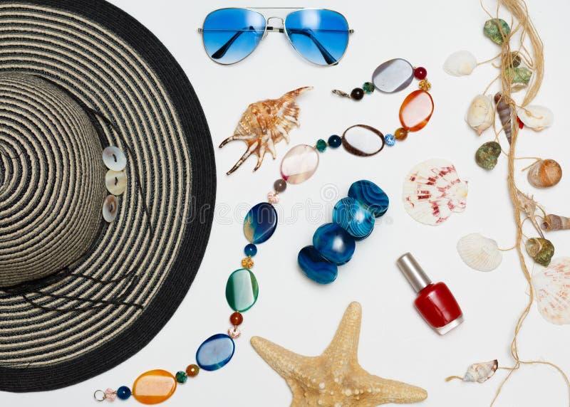 Fondo di vacanza estiva, accessori della spiaggia sulla tavola, sugli oggetti di legno di viaggio e di vacanza afflitti blu immagini stock libere da diritti