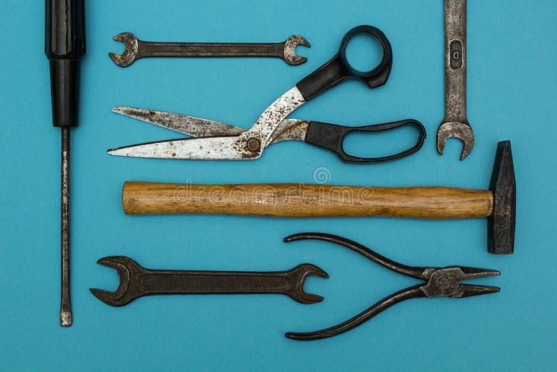 Fondo di vecchi strumenti arrugginiti immagine stock