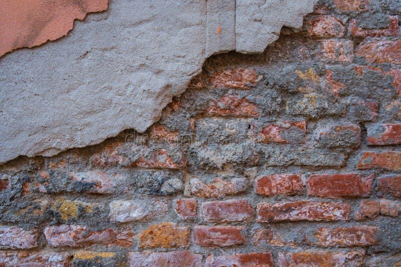 Fondo di vecchia struttura del muro di mattoni della crepa fotografia stock libera da diritti