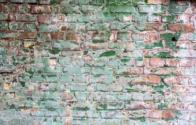 Fondo di vecchio muro di mattoni sporco d'annata con il gesso della sbucciatura immagini stock