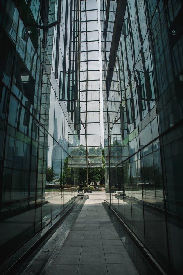 Fondo di vetro nero e blu scuro moderno dei grattacieli Concetto della costruzione di affari di riuscito solido industriale fotografie stock libere da diritti