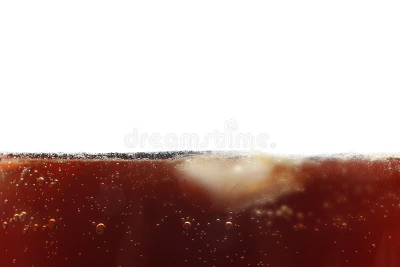 Fondo di vista laterale di cola fredda con ghiaccio fotografia stock libera da diritti