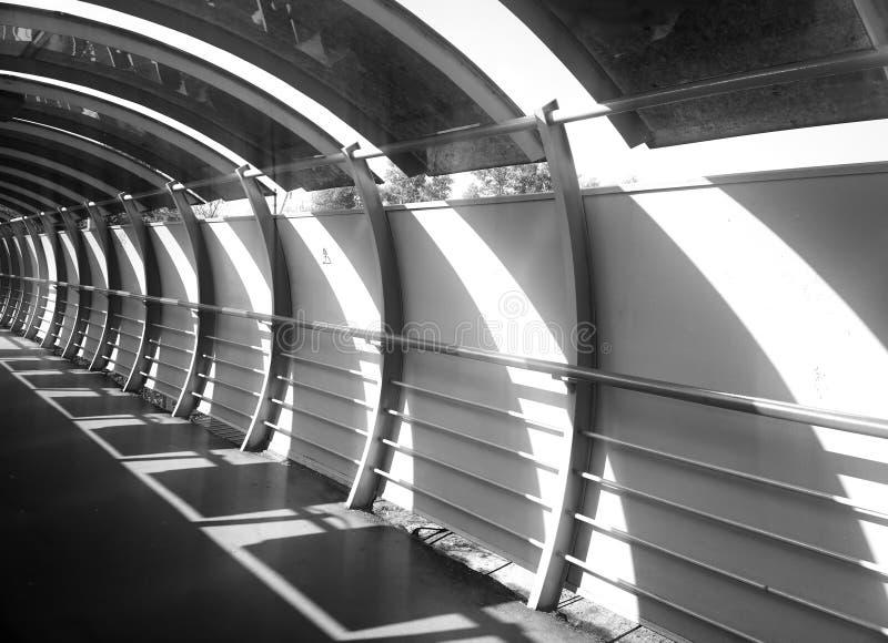Fondo diagonal de la arquitectura del túnel del puente imagen de archivo
