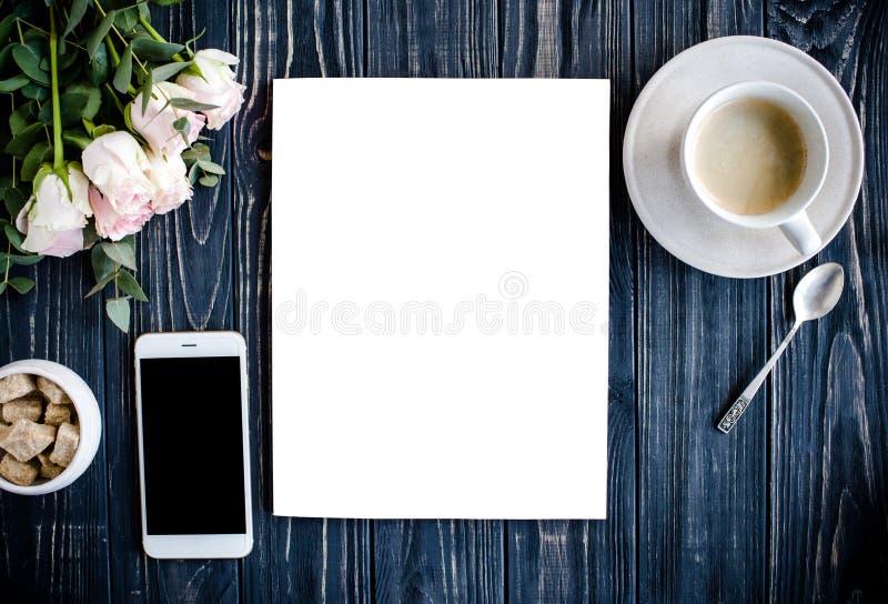Fondo diseñado con el café, el smartphote, las rosas y la revista co fotografía de archivo libre de regalías
