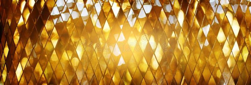 Fondo dorato brillante di struttura di vetro di mosaico fotografia stock