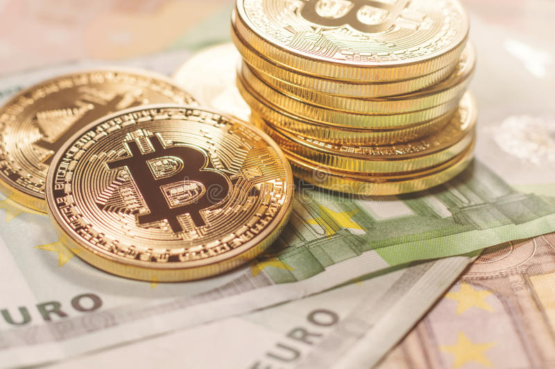 Fondo dorato dell'euro del bitcoin Cryptocurrency di Bitcoin fotografia stock