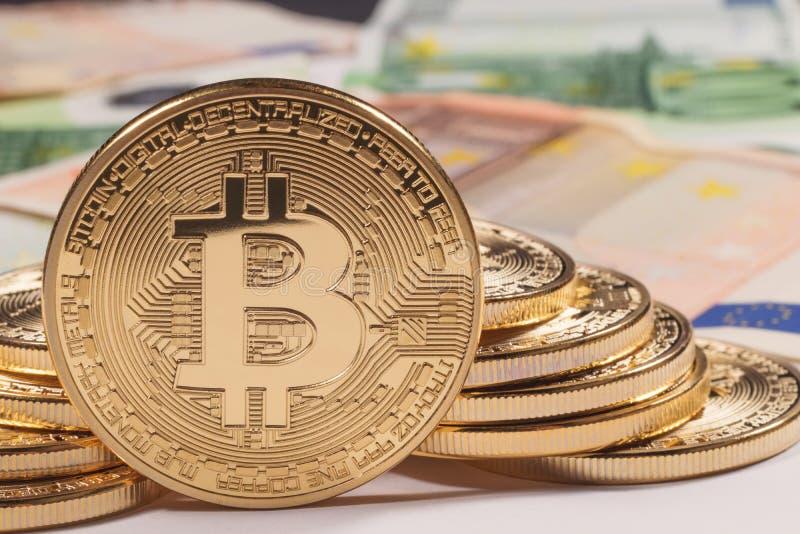 Fondo dorato dell'euro del bitcoin Cryptocurrency di Bitcoin immagine stock