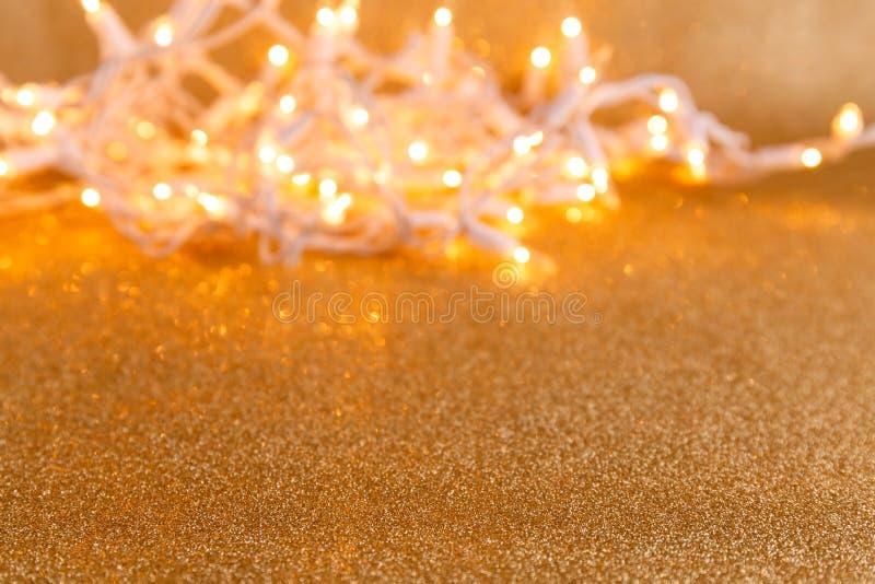 Fondo dorato di festa con le luci e il bokeh Natale e N immagini stock