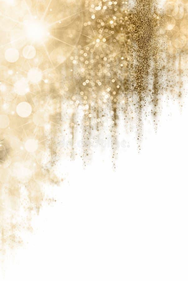 Fondo dorato di Natale con le bande graduate di bokeh scintillante e di scintillio differente dalle luci e dallo scintillio del p fotografia stock