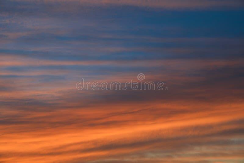 Fondo drammatico del cielo di tramonto con colore giallo, arancio e rosa ardente delle nuvole, fondo della natura fotografia stock