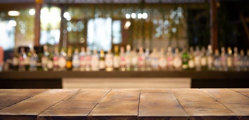 Fondo e bottiglie Defocused del fondo del ristorante, della barra o del self-service fotografia stock libera da diritti