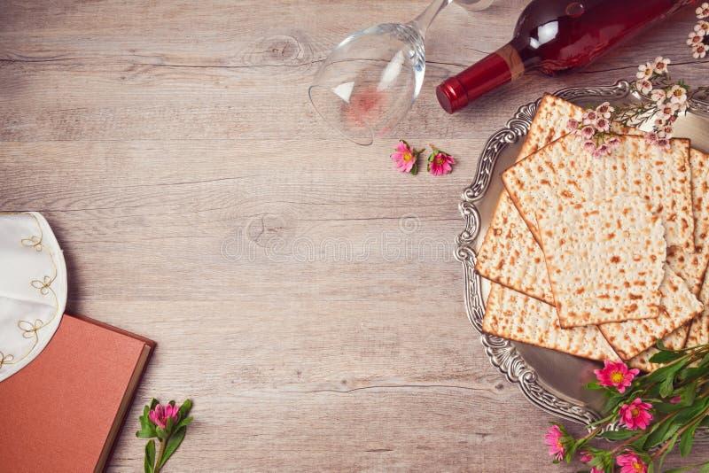 Fondo ebreo di pesach di festa con il matzah, il piatto del seder ed il vino Vista da sopra fotografie stock libere da diritti
