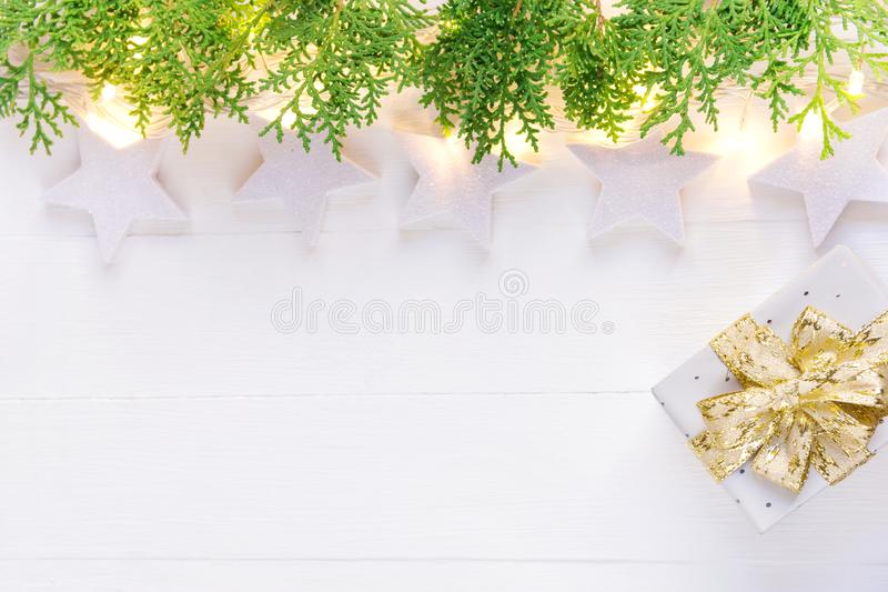Fondo elegante hermoso del Año Nuevo de la Navidad Caja de regalo de oro chispeante del enebro del verde de la guirnalda de las l foto de archivo