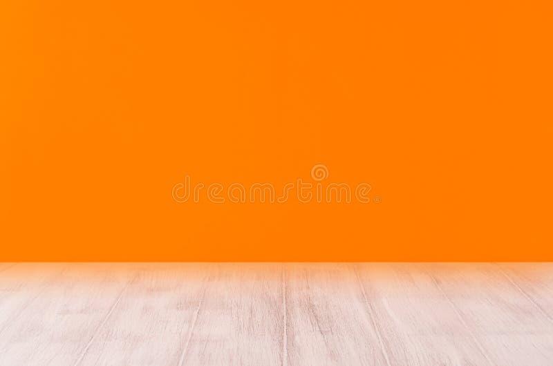 Fondo en blanco anaranjado de Halloween con el estante blanco del tablero de madera foto de archivo libre de regalías