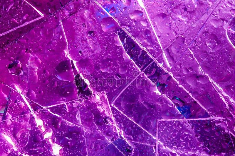 Fondo en el estilo del 80-90s Textura real del vidrio quebrado y de los descensos en colores ácidos brillantes fotos de archivo