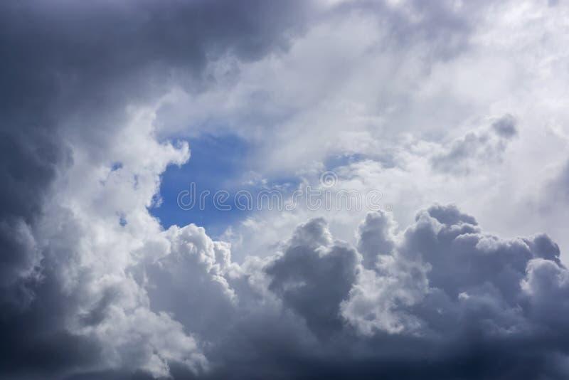 Fondo enorme apacible de las nubes con hueco del cielo azul imagen de archivo libre de regalías