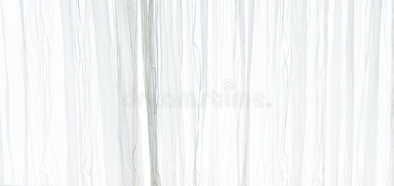 Fondo escarpado blanco de la textura de la cortina en la atmósfera de la luz del día del interior del ` s del apartamento Cortina fotos de archivo