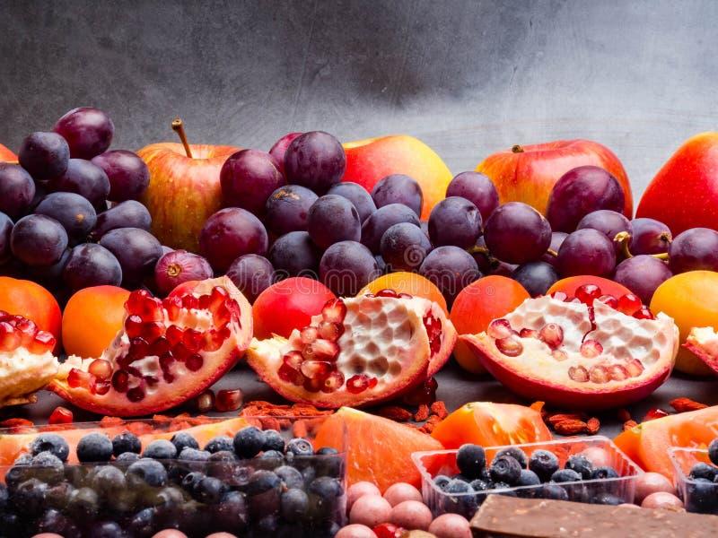 Fondo estupendo sano como frutas, baya, chocolate alto en antioxidantes, resveratrol, vitaminas, minerales de la selección de la  fotos de archivo
