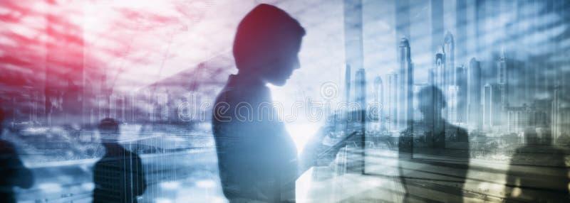 Fondo exclusivo del negocio, muchacha con el teléfono en fondo de la ciudad imagen de archivo