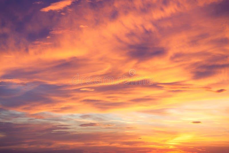 Fondo fantástico del cielo real del ocaso imagenes de archivo