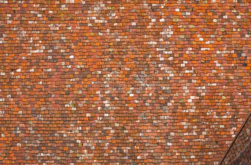 Fondo fatto delle mattonelle di tetto rosse fotografia stock libera da diritti