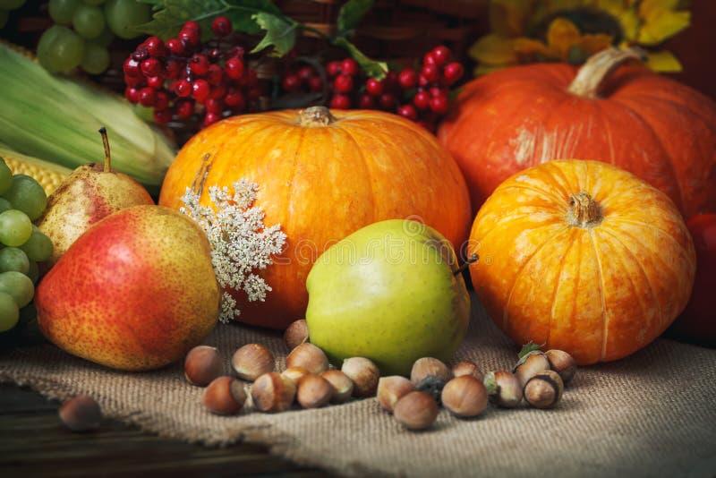 Fondo felice di giorno di ringraziamento, tavola di legno, decorati con le verdure, la frutta e le foglie di autunno Priorità bas fotografie stock