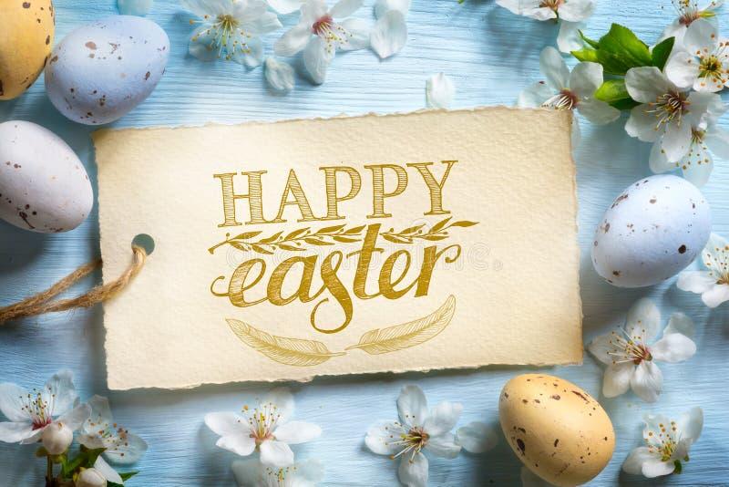 Fondo feliz de Pascua; Flores de la primavera y huevos de Pascua imágenes de archivo libres de regalías
