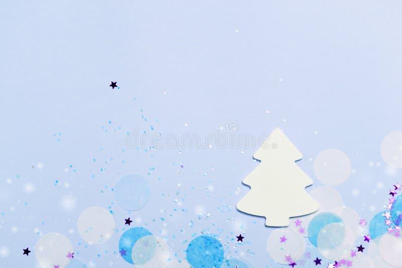 Fondo festivo de la bandera de la Navidad: árbol de navidad y confeti blancos con brillo chispeante y estrellas ilustración del vector