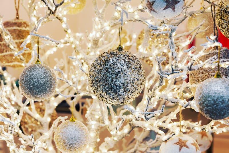 Fondo festivo de la Navidad con las decoraciones que brillan y la fuga foto de archivo