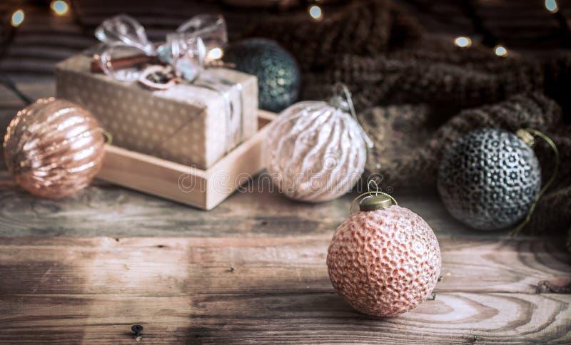 Fondo festivo de la Navidad, juguetes del vintage en el árbol de navidad en un fondo de madera con una guirnalda con las luces imagen de archivo