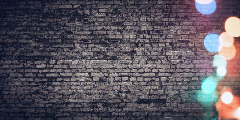 Fondo festivo de V?spera de Todos los Santos Textura áspera de la pared de ladrillo con las luces coloridas fotografía de archivo libre de regalías