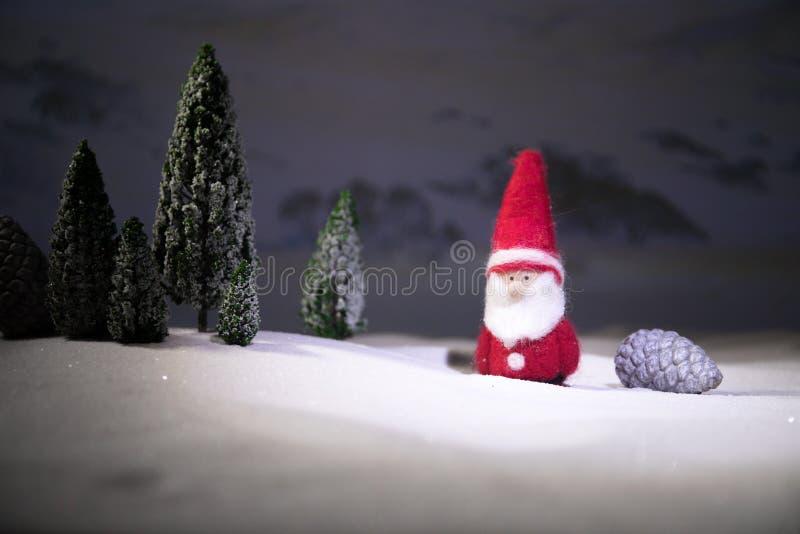 Fondo festivo Decoraciones de la Navidad Situación de Santa Claus (o muñeco de nieve) en nieve con el fondo adornado hermoso con imagenes de archivo