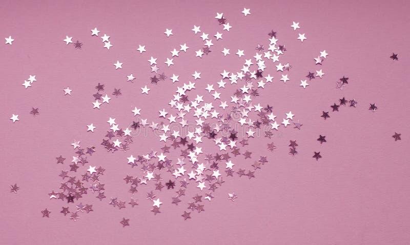 Fondo festivo dei coriandoli d'argento della stella su fondo porpora immagine stock libera da diritti